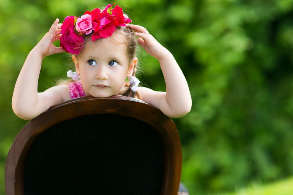 Kleines Mädchen mit Blumen im Haar