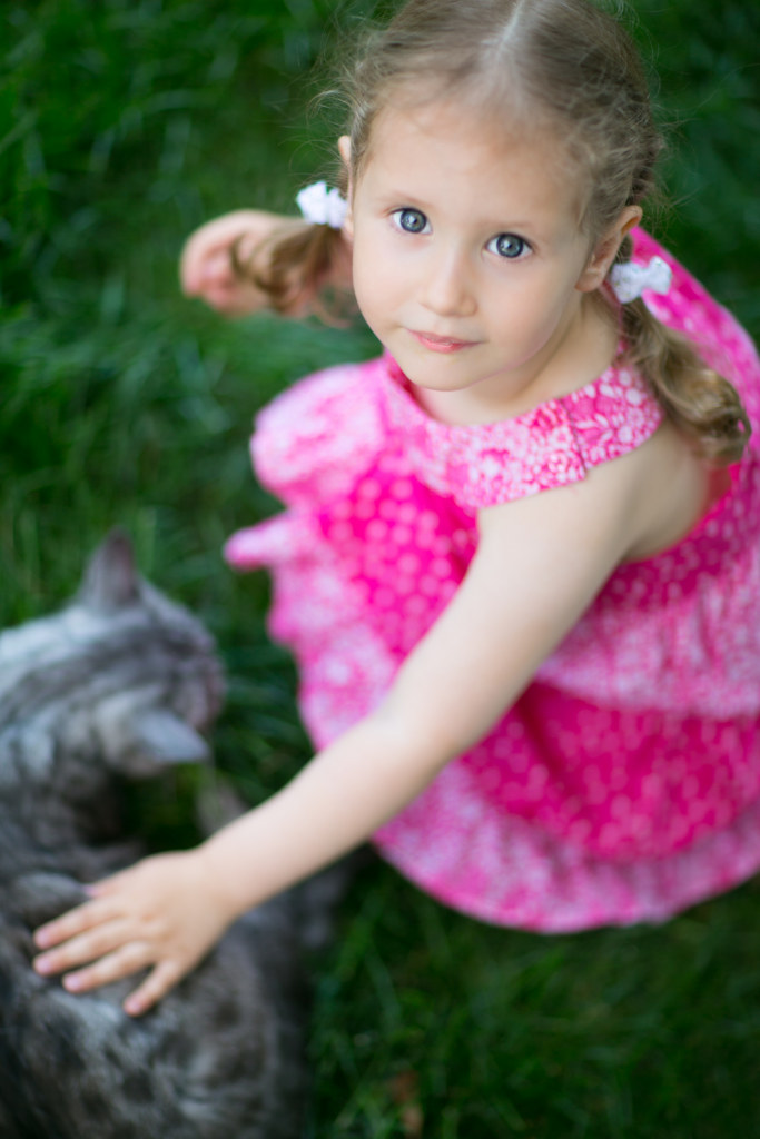 Ein Mädchen mit einer Katze