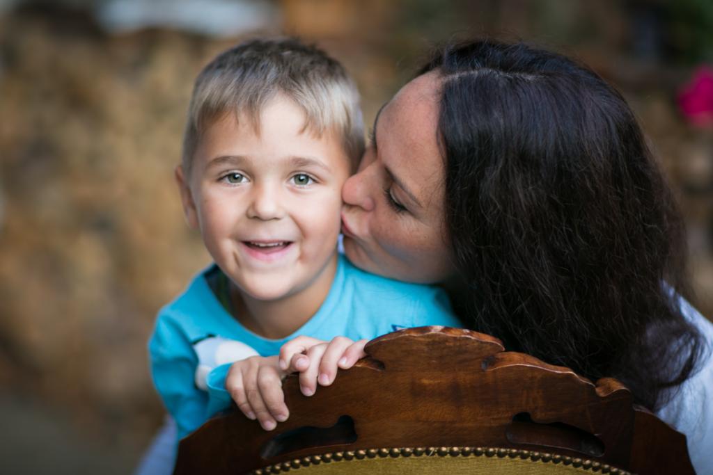 Foto von einem Jungen mit seiner Mutter