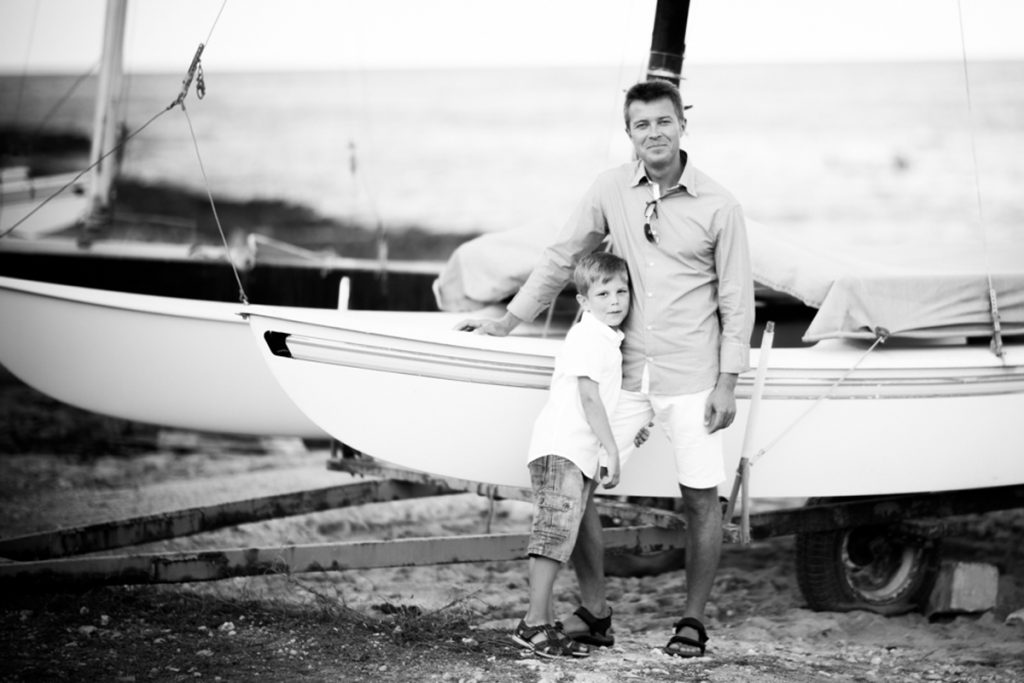 Foto vom Vater und Sohn am Boot