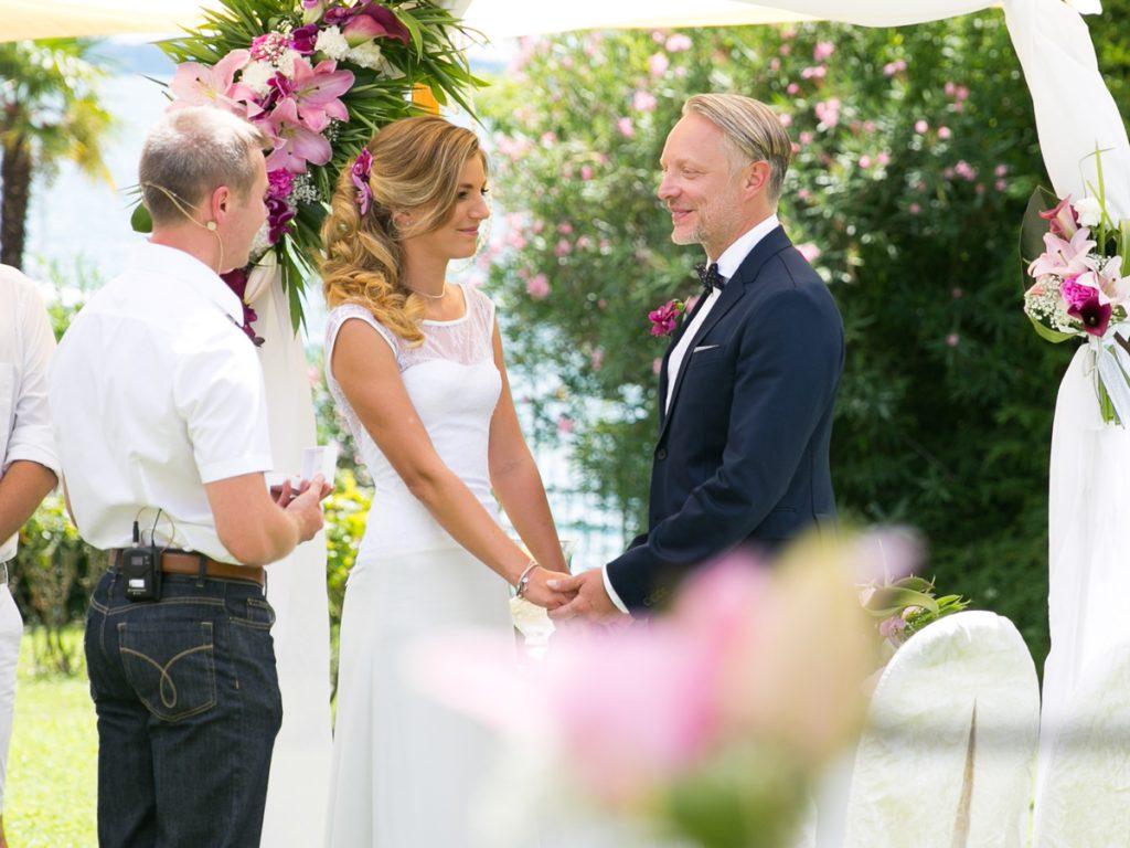 Diese Hochzeitsfotos sind am Gardasee in Italien entstanden. Die freie Trauung fand am Ufer von Gardasee vor dem wunderschönen Hotel Du Parc in Garda statt.