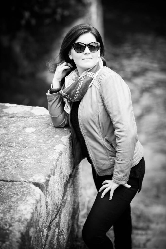 Portraitfoto von einer Frau am Fluss