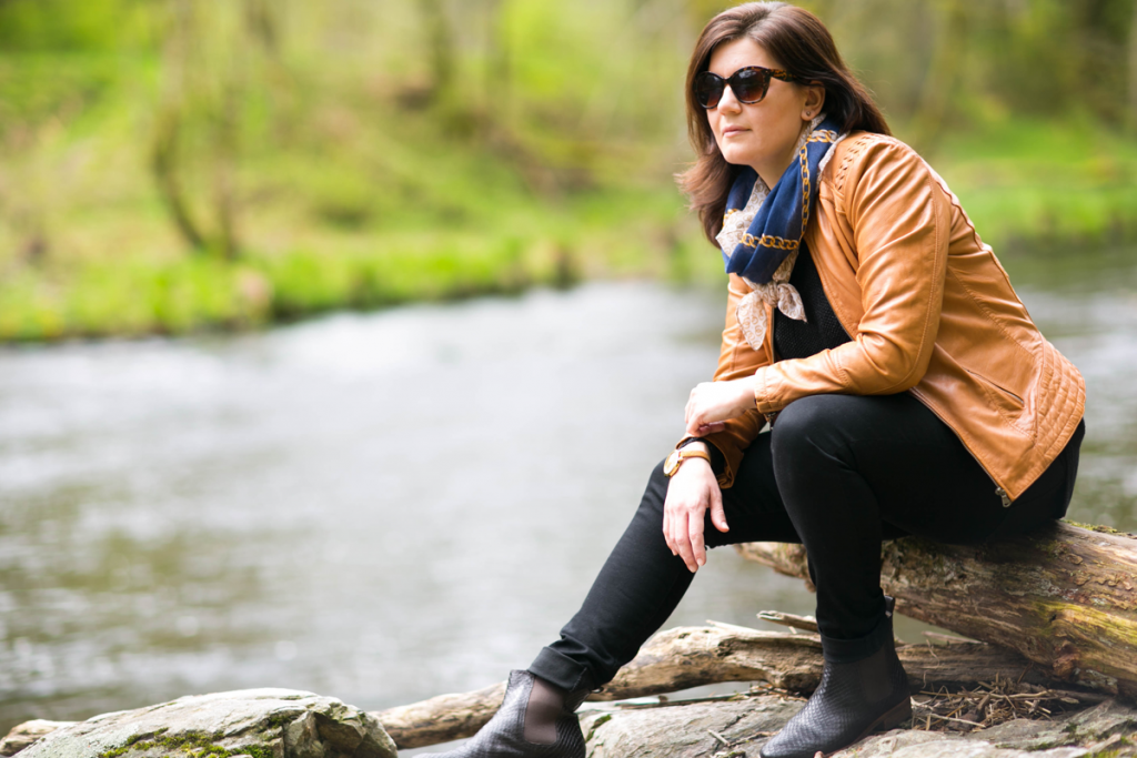 Junge Frau am Fluss