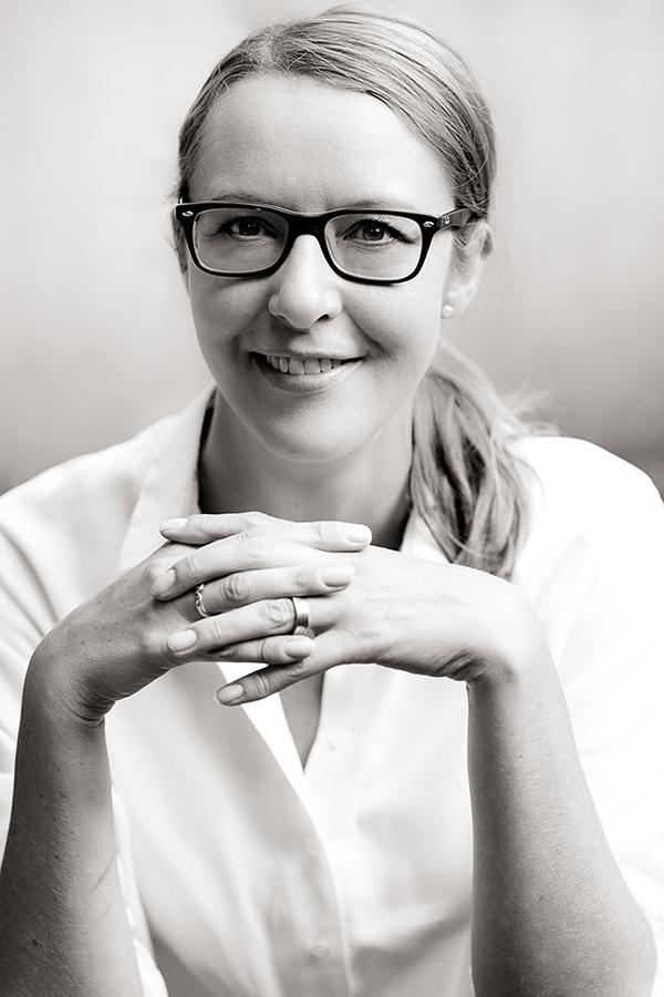 Bewerbungsfoto von einer Frau mit weißem Hemd.