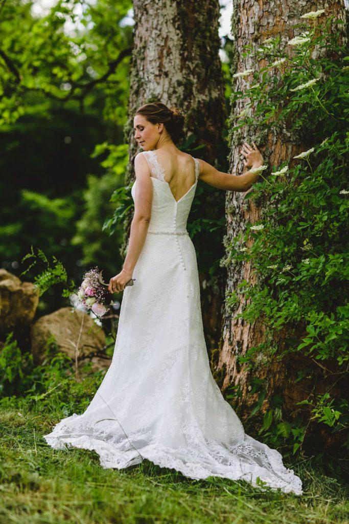 Braut an einem Baum