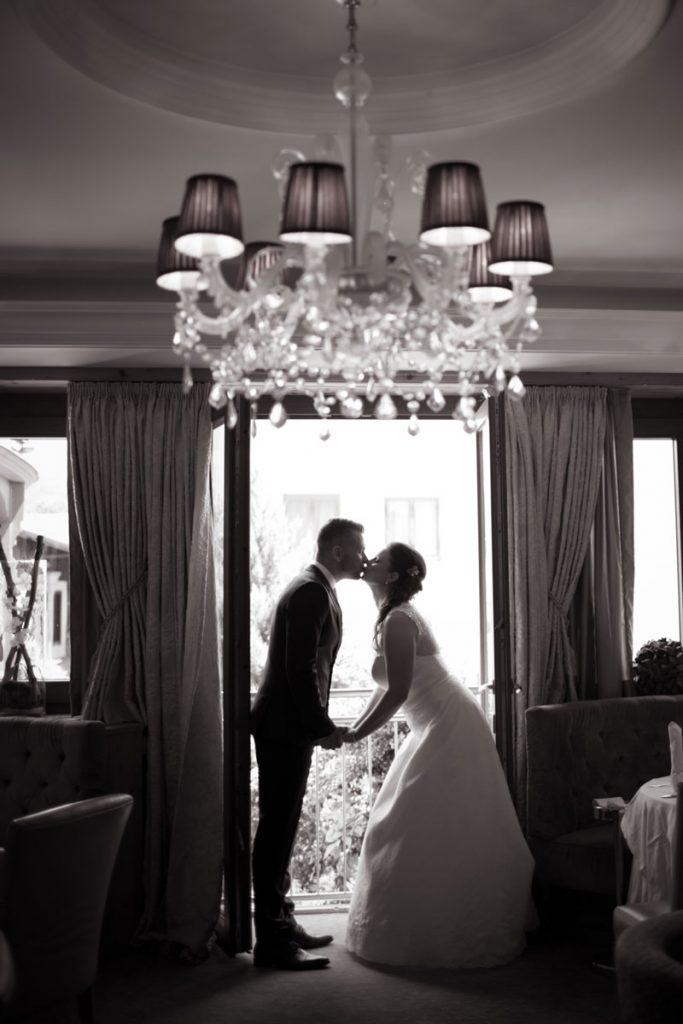 Hochzeitspaar beim Küssen