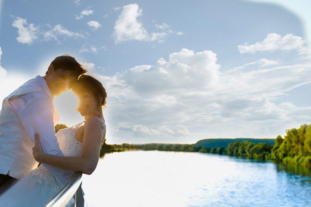 Hochzeitspaar auf dem Schiff