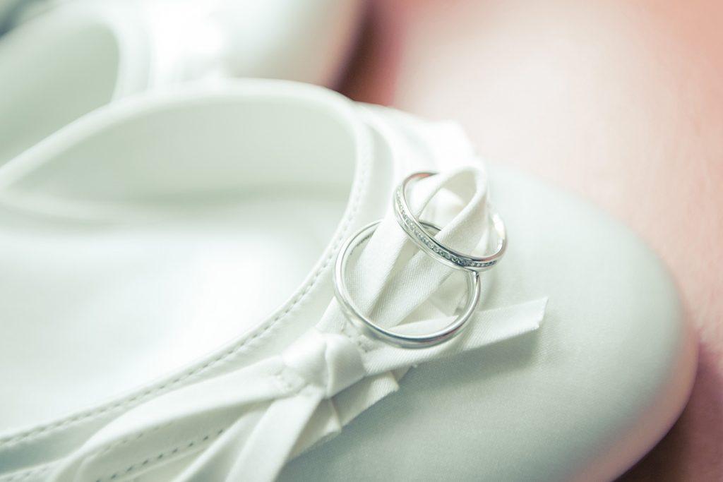 Hochzeitsringe auf dem Brautschuh