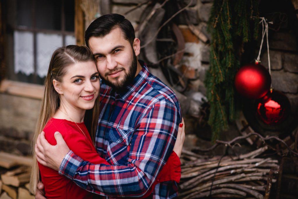 Ein glückliches Paar beim Verlobungsshooting