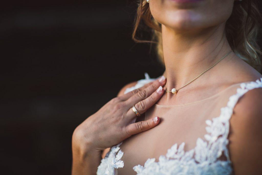 Braut auf der eigenen Hochzeit bei Naturlicht