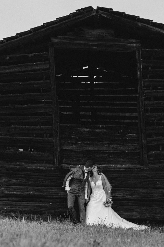 Brautpaar auf der eigenen Hochzeit bei Naturlicht