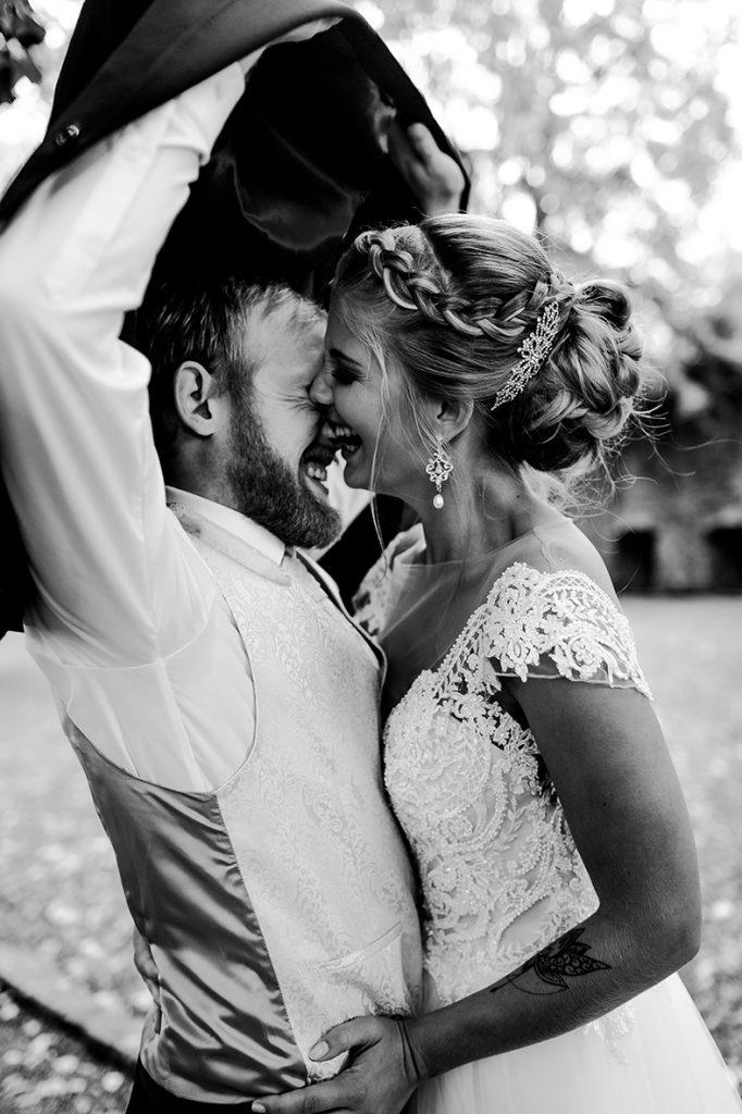 Braut beim Regen im Hochzeitsauto