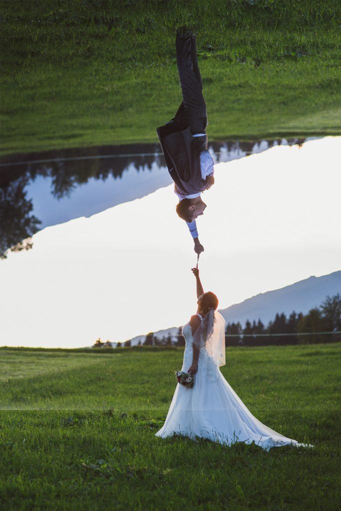 Hochzeitspaar bei Naturlicht auf der Wiese
