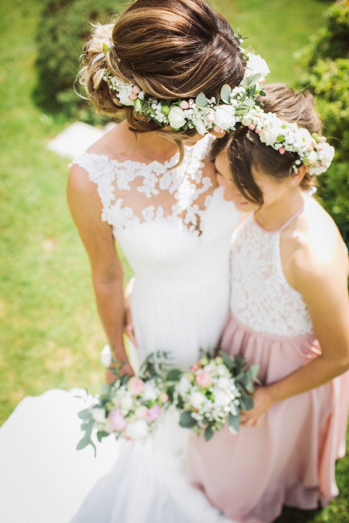 Braut mit Tochter auf einer Hochzeit