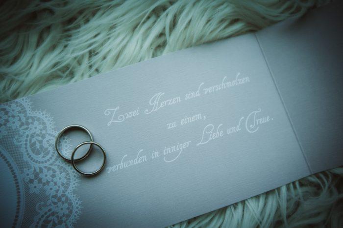 Hochzeitsringe auf einer Hochzeitseinladung